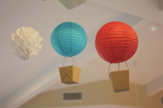 Hot air baloon themed baby shower foodologie for Air balloon decoration