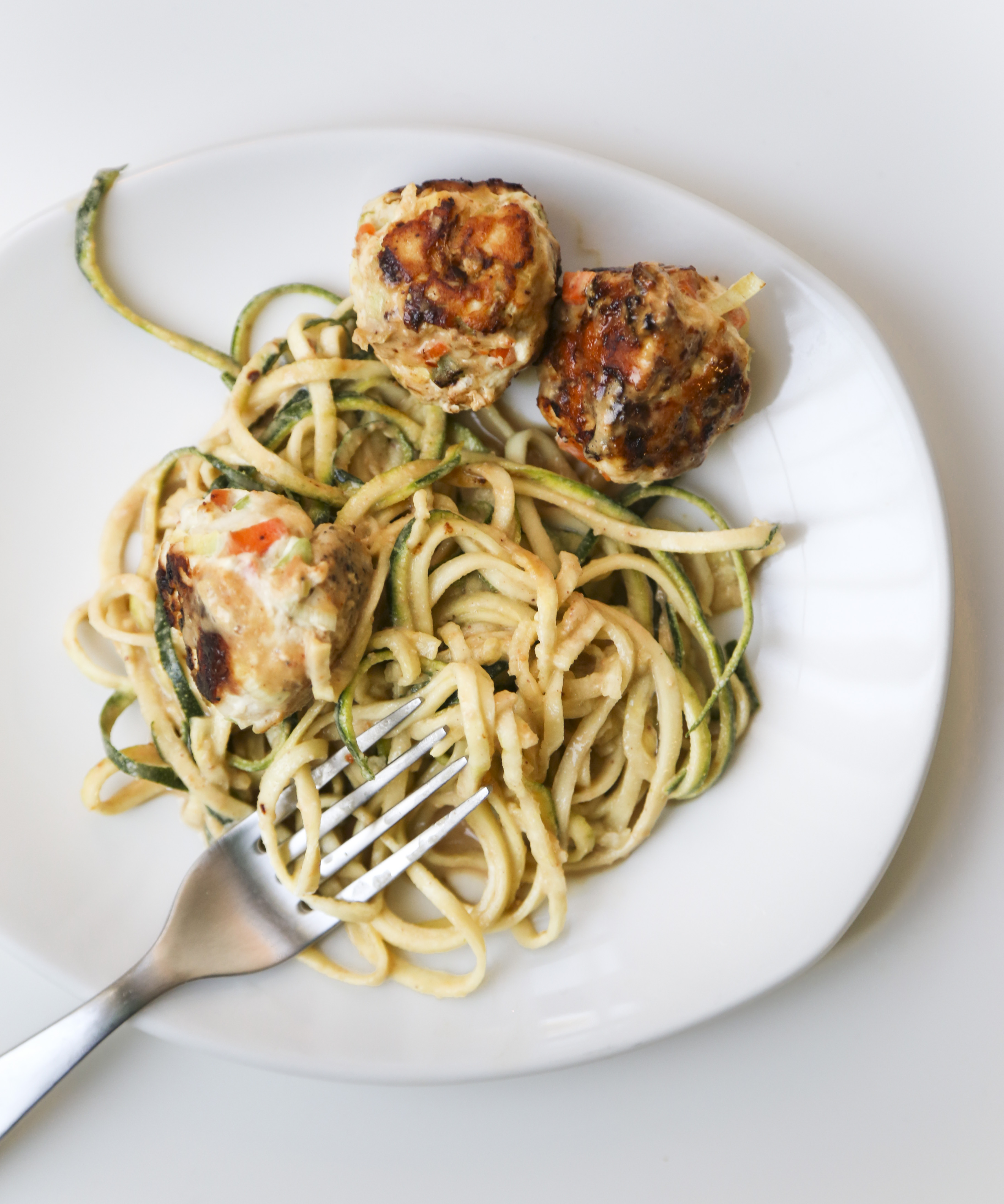 Zucchini noodles with peanut sauce and leek y meatballs for Zucchini noodles and meatballs recipe